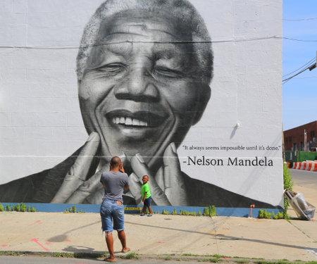 NEW YORK - 21 juni 2014: De niet geïdentificeerde familie genomen foto in de voorkant van Nelson Mandela muurschildering in Williamsburg sectie in Brooklyn