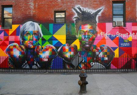 NEW YORK - 24 maart 2015: Muurschilderingen door de Braziliaanse Muurschildering kunstenaar Eduardo Kobra werft Pop art legende Andy Warhol en '80 kunst superster Jean-Michel Basquiat om te vechten voor Street Art in Brooklyn Redactioneel