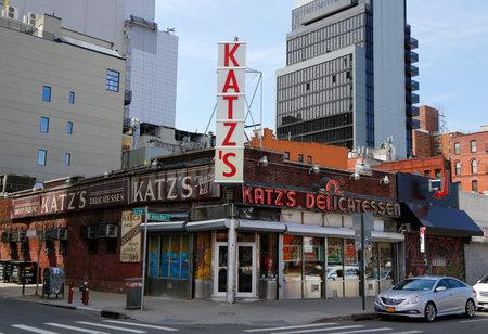 ニューヨーク - 2015 年 4 月 14 日: 歴史的カッツ s デリカテッセン (推計 1888年)、有名なレストラン、マンハッタンのロウアー イースト サイドで、パ 報道画像