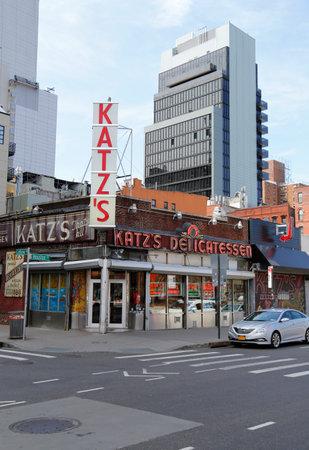 lower east side: NUEVA YORK - 14 de abril 2015: Hist�rico Katz s Deli, un restaurante famoso, conocido por sus s�ndwiches de pastrami en el Lower East Side en Manhattan (1888 est.)