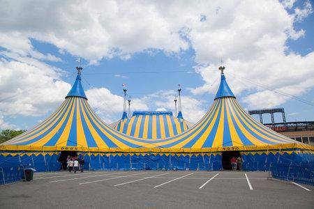 뉴욕 - 2014 년 5 월 18 일 : 서커스 서커스 서커스 텐트 뉴욕에서 씨티 필드. 캐나다의 엔터테인먼트 회사로 몬트리올에 기반을 둔 서커스 예술과 거리 엔