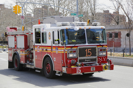lower east side: NUEVA YORK - 18 de abril de 2015: FDNY motor 15 en el Lower East Side inManhattan. FDNY es el mayor fuego combinado y proveedor de SGA en el mundo