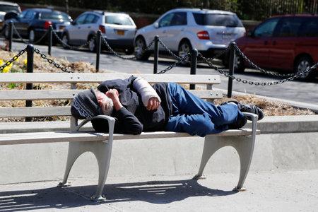 lower east side: NUEVA YORK - 16 de abril 2015: El hombre sin hogar en el Lower East Side de Manhattan
