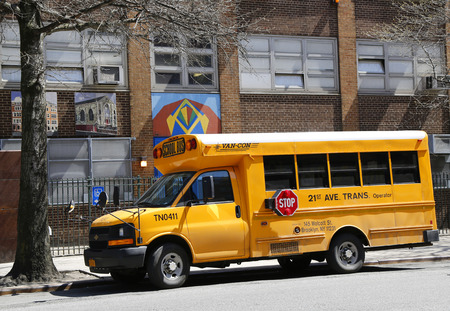 school transportation: NUEVA YORK - 14 de abril 2015: Autobús escolar frente a la escuela pública en Manhattan