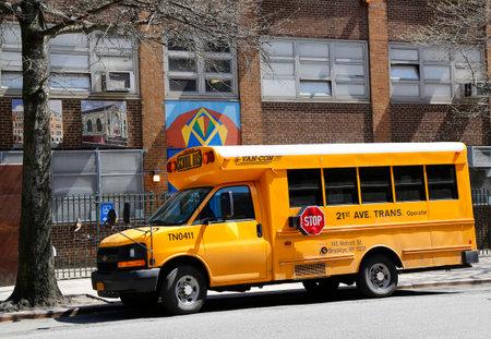 servicios publicos: NUEVA YORK - 14 de abril 2015: Autobús escolar frente a la escuela pública en Manhattan