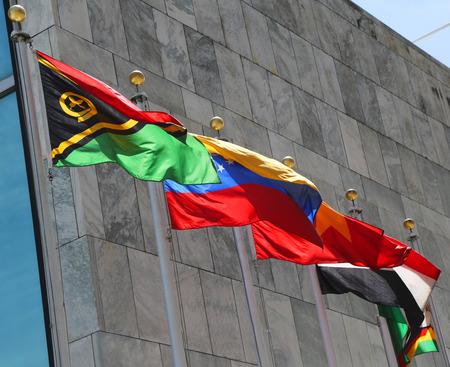 unicef: Bandiere internazionali nella parte anteriore della Sede delle Nazioni Unite a New York Archivio Fotografico