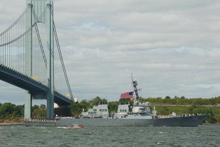cerveza negra: NUEVA YORK 20 de mayo 2015: USS Stout destructor de misiles guiados de la Marina de los Estados Unidos durante el desfile de barcos en Fleet Week 2015 en el puerto de Nueva York
