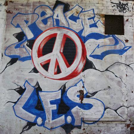 lower east side: NUEVA YORK - 16 de junio 2015: el arte mural en el Lower East Side de Manhattan. Un mural es cualquier pedazo de ilustraciones pintadas o aplicadas directamente sobre una pared, techo u otra superficie permanente grande Editorial
