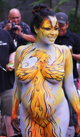 NEW YORK - 18 juli 2015: Het zwangere model tijdens de tweede NYC Body Painting Day in midtown Manhattan met kunstenaar Andy Golub in New York.Artists verf 100 volledig naakt modellen in alle soorten tijdens event