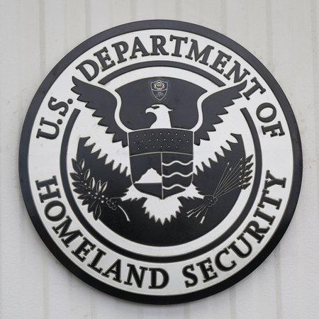NEW YORK CITY - JULY 30, 2015: U.S. Department of Homeland Security logo at Brooklyn Cruise Terminal Redactioneel