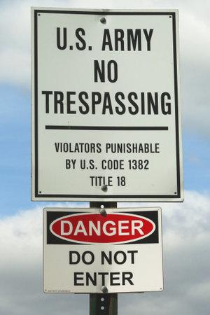prohibido el paso: Brooklyn, Nueva York - 20 de mayo, 2015: signo del Ejército de EE.UU. Prohibido el paso en la base militar en Brooklyn, NY Editorial