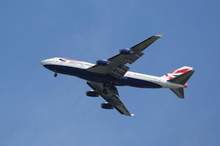boeing 747: NEW YORK - AUGUST 2, 2015: British Airways Boeing 747 descending for landing at JFK International Airport in New York Editoriali