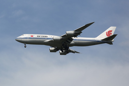 boeing 747: NEW YORK - 6 ago 2015: Air China Boeing 747 decrescente per lo sbarco all'aeroporto internazionale JFK di New York Editoriali
