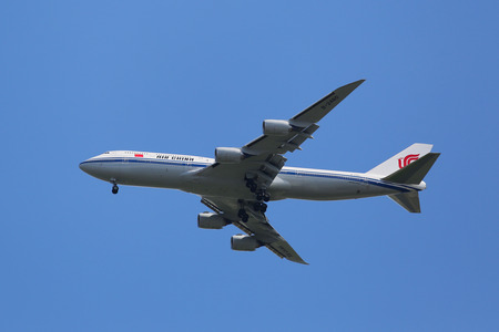boeing 747: NEW YORK - 9 agosto 2015: Air China Boeing 747 decrescente per lo sbarco all'aeroporto internazionale JFK di New York
