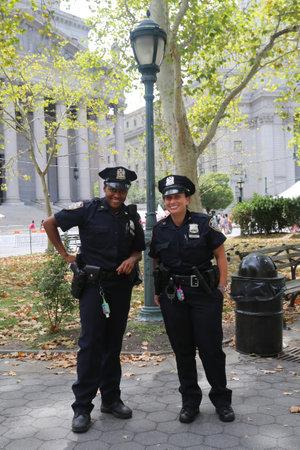 ニューヨーク - 8 月 8 日 2015:NYPD の役員がニューヨークで土曜日夏の街の中にセキュリティを提供します。夏の街は、ニューヨーク市の最も貴重な公