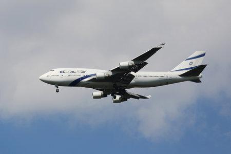 boeing 747: NEW YORK - 13 agosto 2015: El Al Boeing 747 decrescente per lo sbarco all'aeroporto internazionale JFK di New York Editoriali