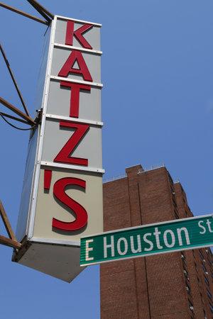 lower east side: NUEVA YORK - 16 de julio, 2015: Inscripci�n para la hist�rica est Kat s Delicatessen 1888, un famoso restaurante, conocido por sus s�ndwiches de pastrami en el Lower East Side de Manhattan. Editorial