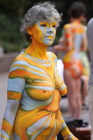 NEW YORK - 18 juli 2015: Model tijdens tweede NYC Body Painting Day in midtown Manhattan met kunstenaar Andy Golub in New York.Artists verf 100 volledig naakt modellen van alle soorten en maten tijdens het evenement