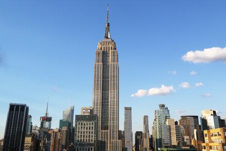edificios: NUEVA YORK - 01 de agosto 2015: el centro de Manhattan vista a�rea con el Empire State Building. El Empire State Building es un punto de referencia 102-historia y fue el edificio m�s alto del mundo s por m�s de 40 a�os.