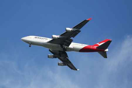 747 400: NEW YORK - 22 agosto 2015: Qantas Airline Boeing 747-400 in cielo di New York prima di atterrare all'aeroporto JFK