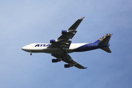 boeing 747: NEW YORK - 23 agosto 2015: Atlas Air Boeing 747 decrescente per lo sbarco all'aeroporto internazionale JFK di New York