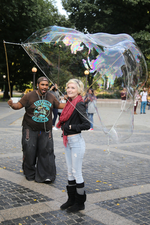 NEW YORK CITY - OCTOBER 9, 2015: Street performer creating oversize bubbles for kids at Central Park in New York Editöryel