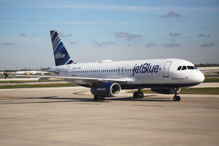 jetblue: CHICAGO - OCTOBER 10, 2015: JetBlue Airbus A320 aircraft taxing at O Hare International Airport in Chicago Editoriali