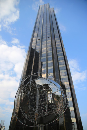 NEW YORK - OCTOBER 8, 2015: Globe in the front of Trump International Hotel and Tower at Columbus Circle in Manhattan, New York Publikacyjne