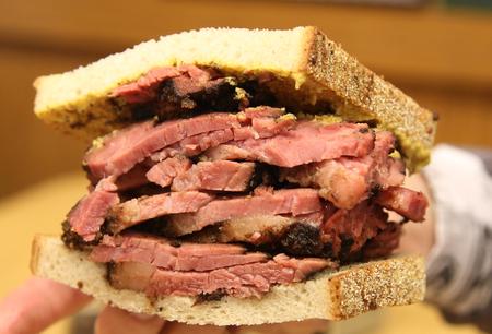 ニューヨーク ・ デリにて、ライ麦サンドイッチで有名なパストラミ 写真素材