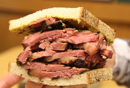 Famous Pastrami on rye sandwich served in New York Deli 免版税图像