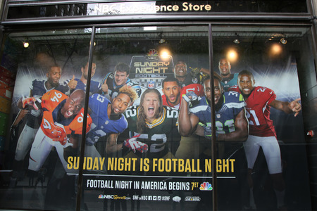 jugadores de futbol: NEW YORK - OCTOBER 8, 2015: NBC Experience Store window display decorated with decorated with NBC and Saturday night Football logos in Rockefeller Center in Midtown Manhattan Editorial