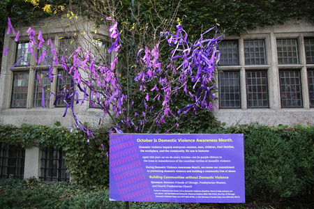 CHICAGO, ILLINOIS - OCTOBER 24, 2015: Ribbon tree outside the Fourth Presbyterian Church on Michigan Avenue. October is Domestic Violence Awareness Month 新聞圖片