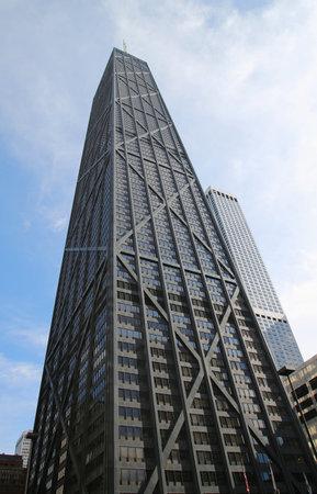 investment real state: Chicago, Illinois - 24 de octubre, 2015: John Hancock Center en el centro de Chicago. Es 344 metros 1.127 pies de alto y tiene 100 pisos, incluyendo una plataforma de observación en el piso 94
