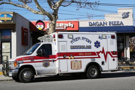 ambulancia: BROOKLYN, NUEVA YORK - 08 de noviembre 2015: Hatzolah ambulancia voluntario en Mill Basin, de Brooklyn. Hatzolah es una organizaci�n de voluntarios ccsme servir a las comunidades en su mayor�a jud�os de todo el mundo