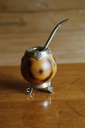 yerba mate: yerba mate en una calabaza calabaza tradicional