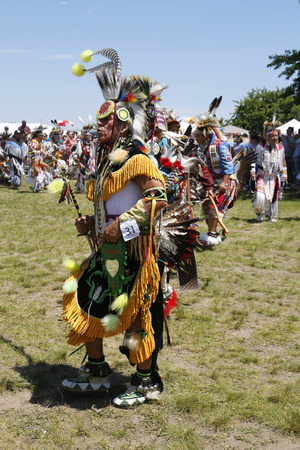 wow: NUEVA YORK - 08 de junio 2014: no identificados bailarín del nativo americano en la ciudad de Nueva York Pow Wow en Brooklyn. Un pow-wow es una reunión y Patrimonio Celebración de los pueblos nativos de América del Norte s Editorial