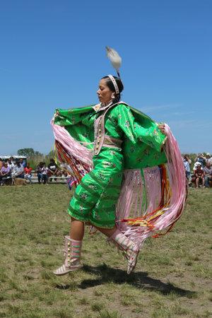 wow: NUEVA YORK - 08 de junio 2014: no identificados bailar�n del nativo americano en la ciudad de Nueva York Pow Wow en Brooklyn. Un pow-wow es una reuni�n y Patrimonio Celebraci�n de los pueblos nativos de Am�rica del Norte s Editorial
