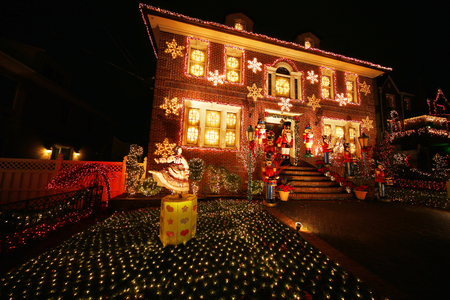 BROOKLYN, NEW YORK - DECEMBER 22, 2015: Christmas house decoration lights display in Brooklyn Redactioneel