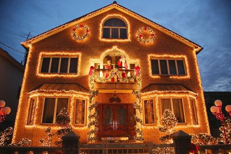 BROOKLYN, NEW YORK - DECEMBER 24, 2015: Christmas house decoration lights display in Brooklyn Redactioneel