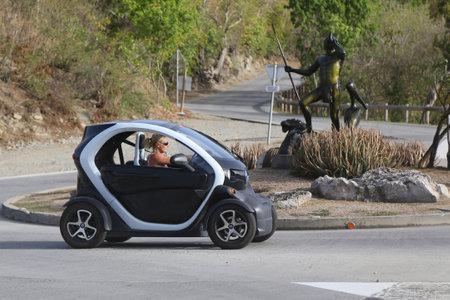 St Barths で ST BARTHS、仏領西インド諸島 - 2015 年 6 月 13 日: ルノー Twizy 電気車 報道画像