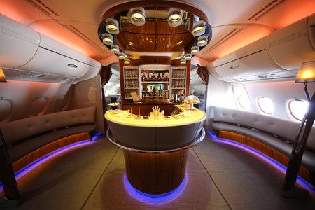 DUBAI, Verenigde Arabische Emiraten - 7 februari 2016: Emirates Airbus A380 tijdens de vlucht cocktail bar en lounge. Emirates is een van de twee nationale luchtvaartmaatschappijen van de Verenigde Arabische Emiraten samen met Etihad Airways en is gevestigd in Dubai Redactioneel