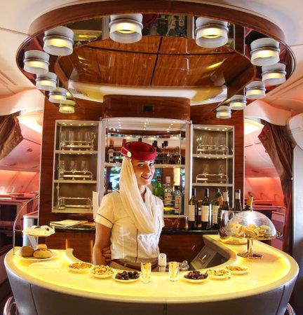 DUBAI, Verenigde Arabische Emiraten - 7 februari 2016: Emirates Airbus A380 tijdens de vlucht cocktail bar en lounge. Emirates is een van de twee nationale luchtvaartmaatschappijen van de Verenigde Arabische Emiraten samen met Etihad Airways en is gevestigd in Dubai