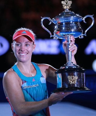 MELBOURNE, AUSTRALIE - 30 janvier 2016: champion du Grand Chelem Angelique Kerber de l'Allemagne tenant Ouvrir le trophée australien lors de la présentation du trophée après la victoire à l'Open d'Australie 2016 à Melbourne