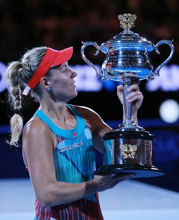 MELBOURNE, AUSTRALIE - 30 janvier 2016: champion du Grand Chelem Angelique Kerber de l'Allemagne tenant Ouvrir le trophée australien lors de la présentation du trophée après la victoire à l'Open d'Australie 2016 à Melbourne Éditoriale