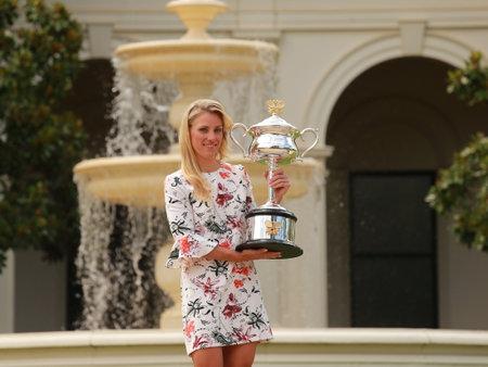 MELBOURNE, AUSTRALIE - 31 janvier 2016: champion du Grand Chelem Angelique Kerber de l'Allemagne posant dans Government House avec trophée du championnat après la victoire à l'Open d'Australie 2016 à Melbourne