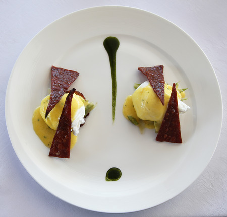 Egg benedict served in gourmet restaurant 版權商用圖片