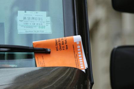 violation: NUEVA YORK - MARZO 10, 2016: Ilegal infracción de estacionamiento Violación en el parabrisas del coche en Nueva York Editorial