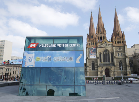 st  paul   s cathedral: MELBOURNE, AUSTRALIA - JANUARY 25, 2016: Melbourne Visitor Centre and St. Paul s Cathedral in Downtown Melbourne
