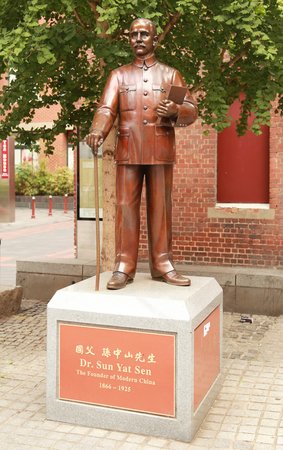 yat sen: MELBOURNE, AUSTRALIA - JANUARY 27, 2016: Sun Yat Sen statue in Chinatown, Melbourne. Sun Yat-sen was a Chinese revolutionary, first president and founding father of the Republic of China