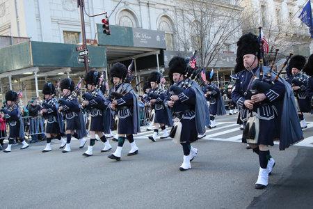 gaita: NUEVA YORK - 17 de marzo, 2016: Tubos de polic�a y los tambores del Condado de Bergen marchando en el St. Patrick s desfile del d�a en Nueva York.